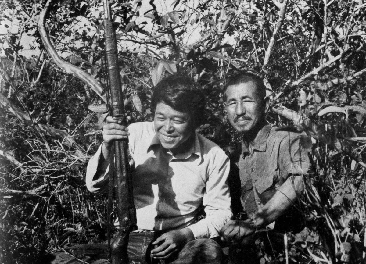 Хироо (справа) с сослуживцем.jpg
