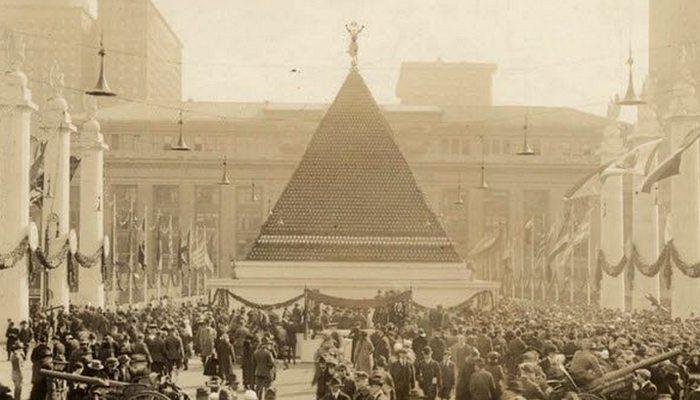 Полая пирамида «Шлемы Первой мировой войны».